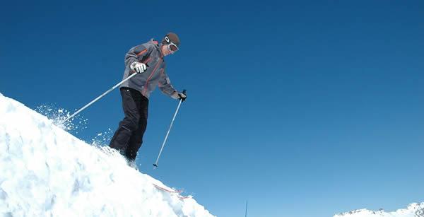 Bénéficier d'une assurance prêt immobilieradaptée au ski hors pistes