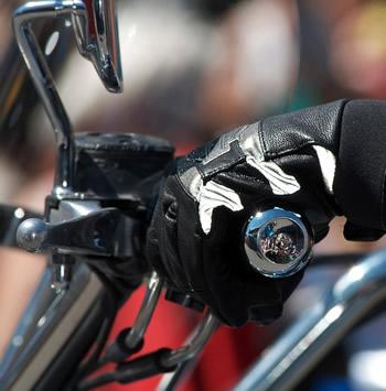 Assurance moto: obligation du port de gants et dorsale